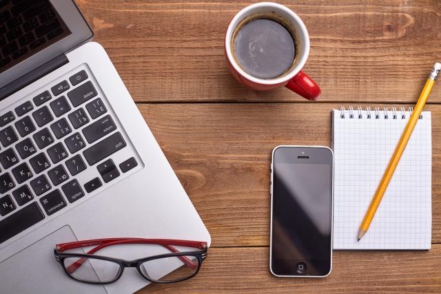 ノートパソコンとスマートフォンとコーヒー